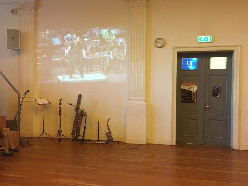 Davids instrumentarium met op de muur tapdansende Peter Kuit